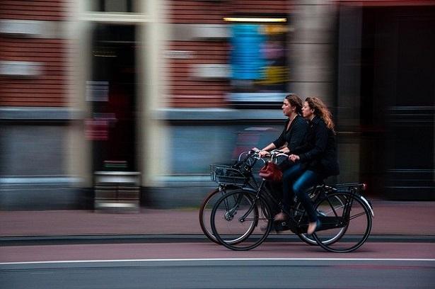 donne in bicicletta su pista ciclabile