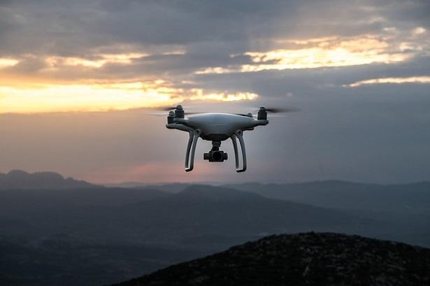 Drone in volo al tramonto