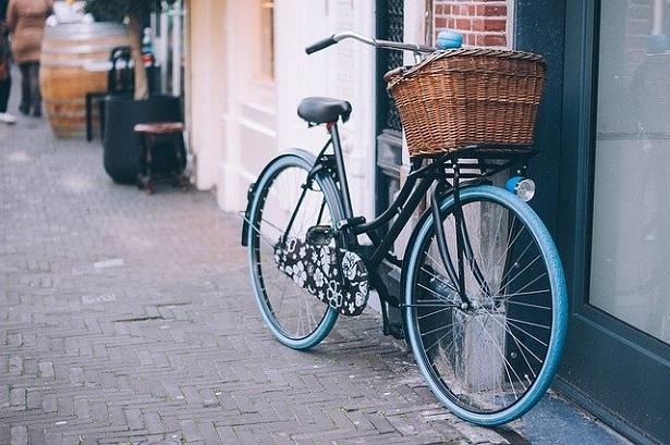 bicicletta con cestino di vimini