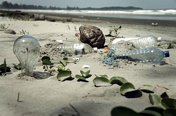 antropocene: spiaggia inquinata