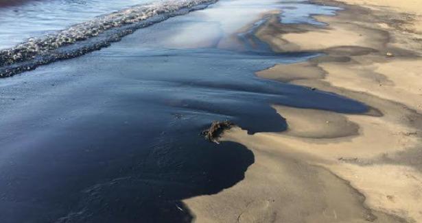 petrolio su spiaggia