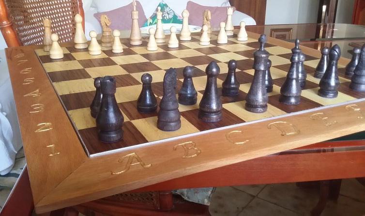 scacchiera e scacchi in legno pregiato