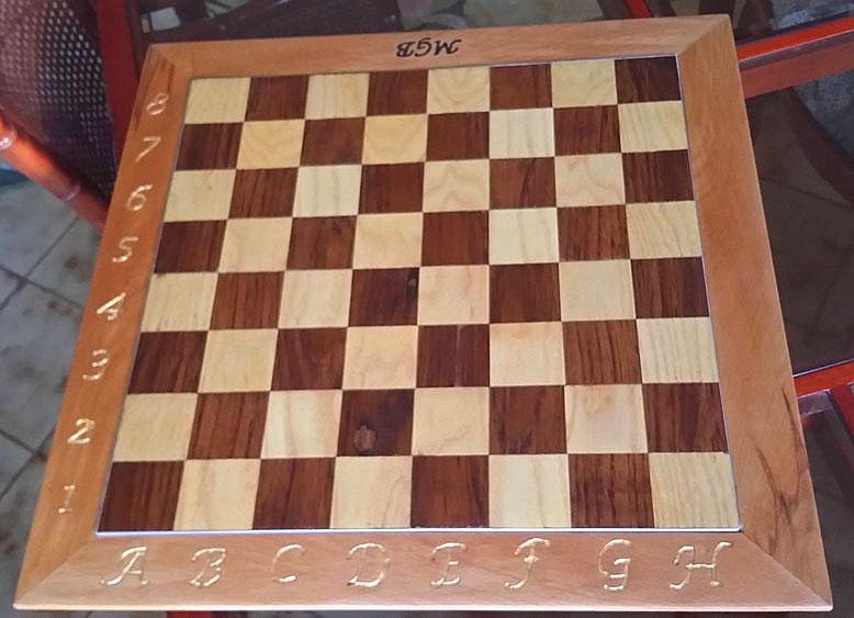 scacchiera in legno fatta a mano
