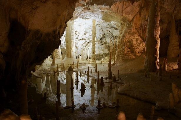 Ecoturismo nelle Marche: le Grotte di Frasassi